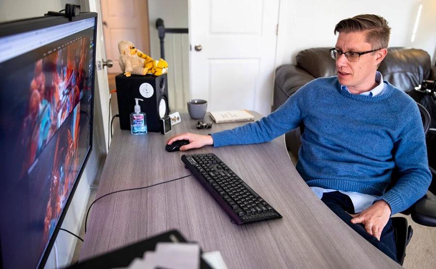 Mike Wilkemann, conocido como Beeple, trabajando en su estudio.