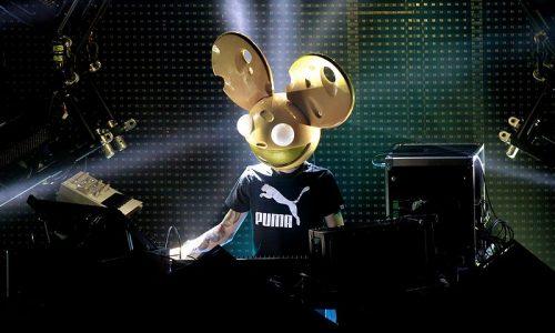Deadmau5 usando un casco dorado con orejas de ratón